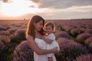 фотосесия в лавандула майка с дъщеря